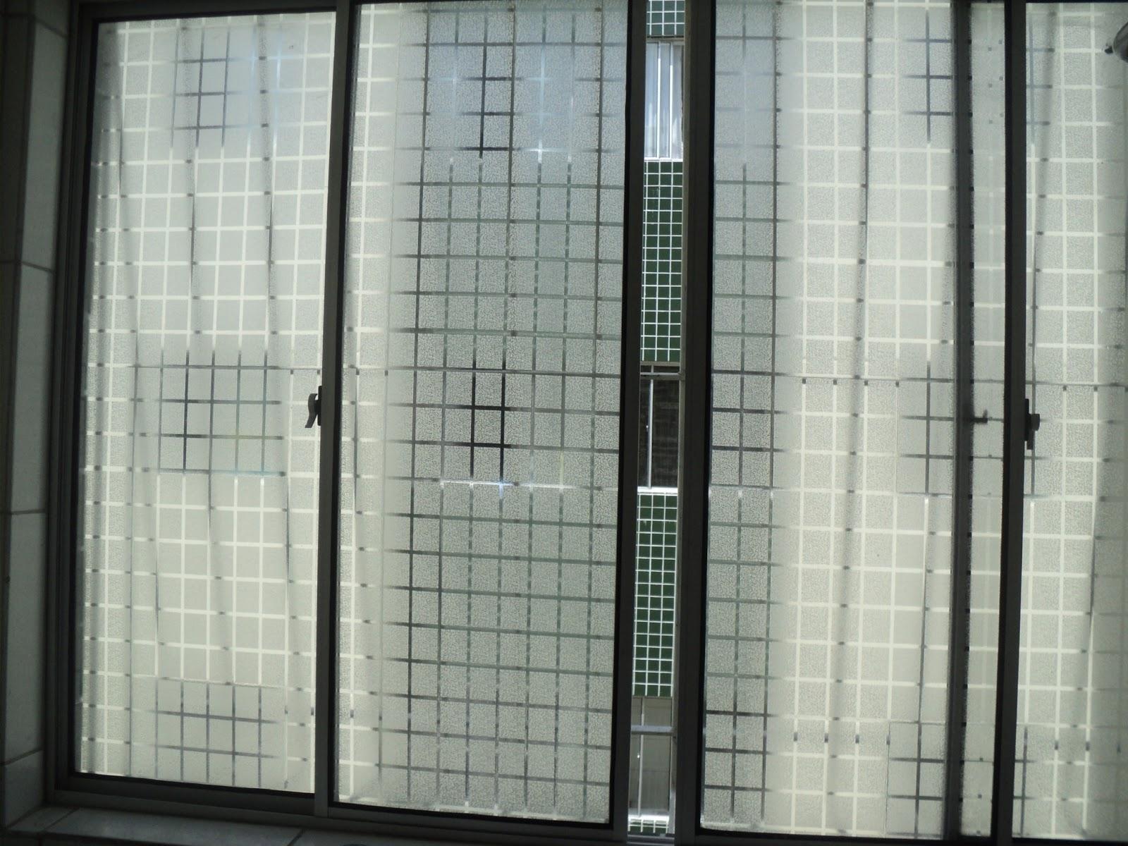 #5A6B71 Adesivo jateado semi transparente quadriculado. Efeito de vidro fosco. 164 Janelas De Vidro Letra