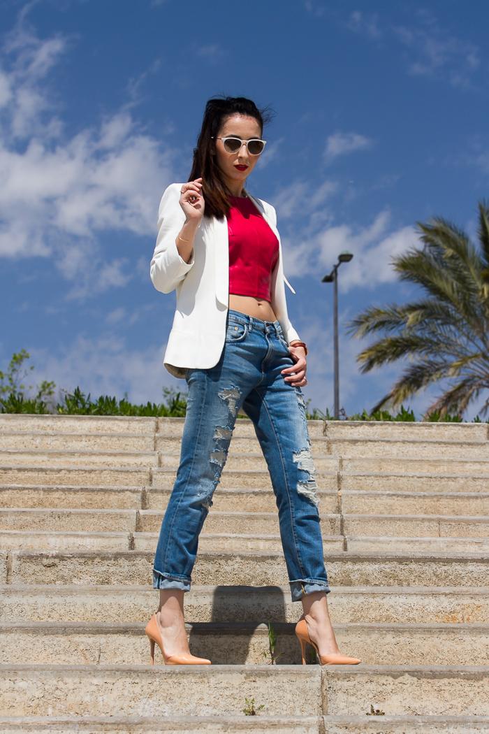 Blooger de moda de Valencia con estilismo con blazer smoking jeans y crop top