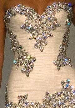 modelo de vestido com decote coração e pedras