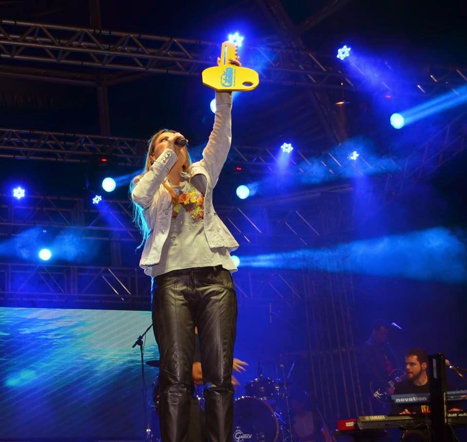 A cantora Ana Paula Valadão com a chave da cidade de CATALÃO