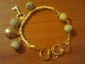 pulseira em couro branco elos dourados pedra cinza e branca e pingentes