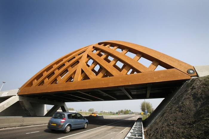 Commissioned by the Province of Friesland, Oak (Onix and Achterbosch Architecture) has developed a road bridge that connects 2 districts of Sneek on either side of the A7 motorway. The bridge was designed for a municipality that wished to establish a new city marker along the motorway. Framework The Department of Public Works, the user of the bridge, stated that it wished to use more wood in its constructions.