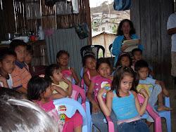 Proceso de ambientación con los niños para la entrega de juguetes. Navidad 2012.