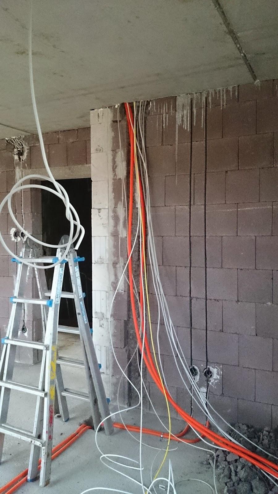 wir sind auf bau west viele kabel und leitungen werden verlegt. Black Bedroom Furniture Sets. Home Design Ideas