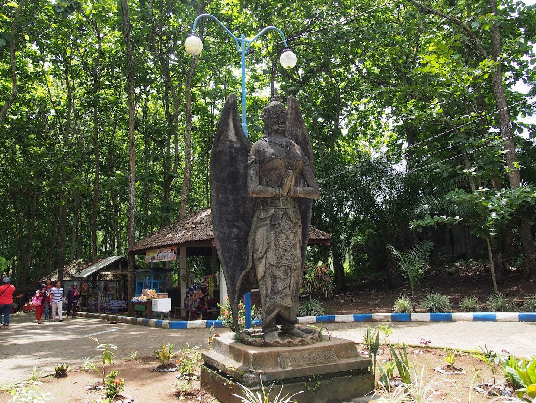 Patung di halaman Goa Lowo