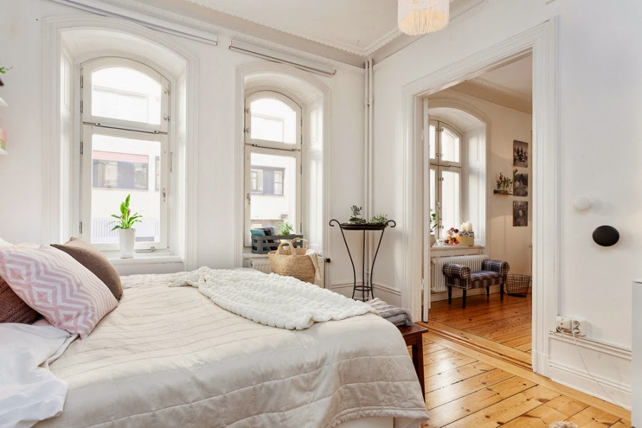 białe wnętrza, sypialnia, łóżko, stolik, narzuta, poduszki