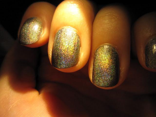 Vernis kiko Lavish oriental holographiques gris lumière artificielle