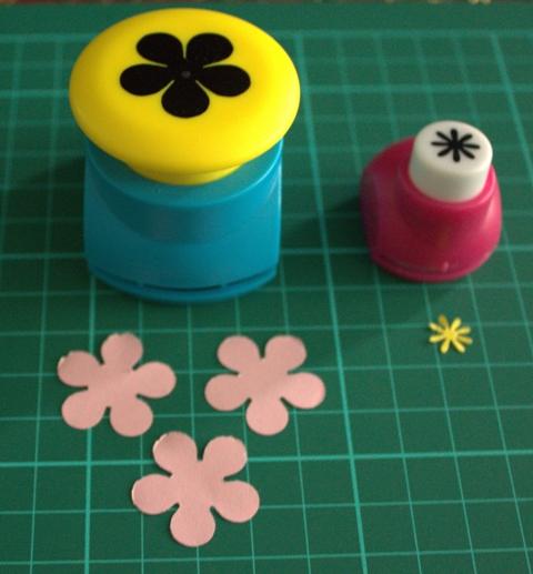 Buat pola bunga sebanyak 3 lembar yang besar dan 1 lembar yang kecil.
