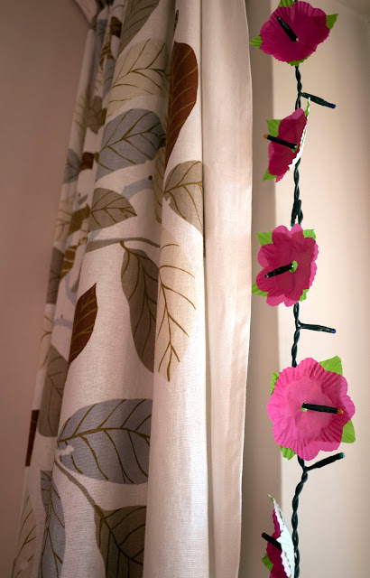 Guirnalda de luces con flores de cápsulas de magdalenas