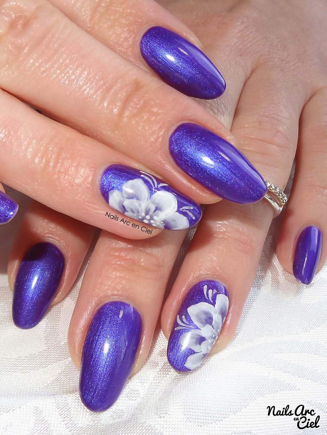 Nail art fleur blanche One stroke monochrome