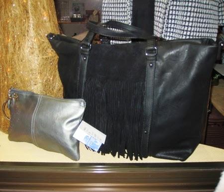 Bolso negro flecos centro y cartera piel plateada