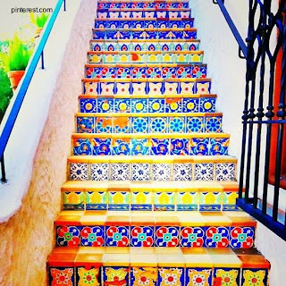 Escalera de exteriores con azulejos y mosaicos de colores