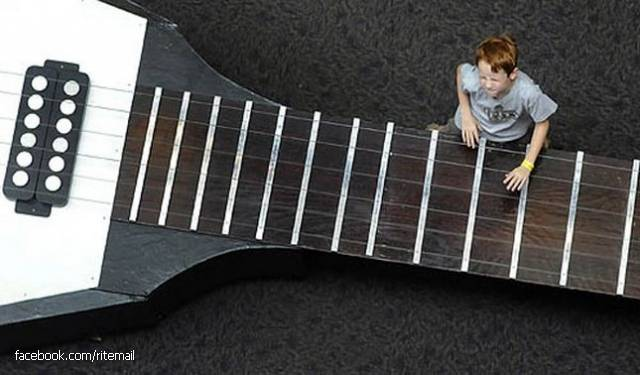 The biggest operating an electric guitar in the world is, the length of which is 13 meters 26 centimeters. The tool has been made of the Academy of Sciences and Technologies of Houston in 2001, the year. Guitar weight is 1023 kg.