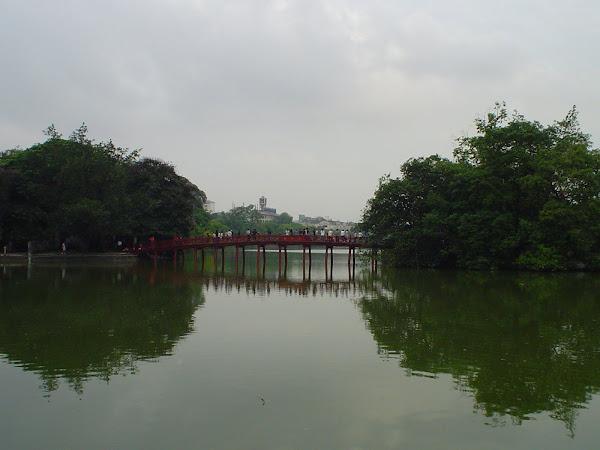 Puente de madera rojo - Lago de Hanoi (Vietnam)