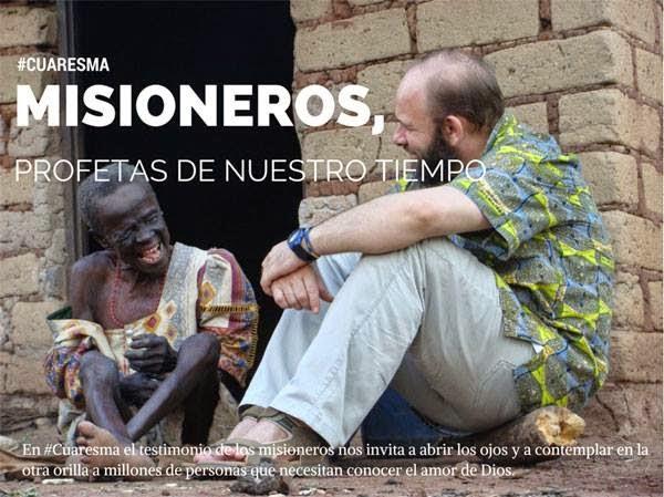 misionero_habla_con_persona_tercer_mundo_negra_sentados_en_el_suelo_en_la_casapuerta