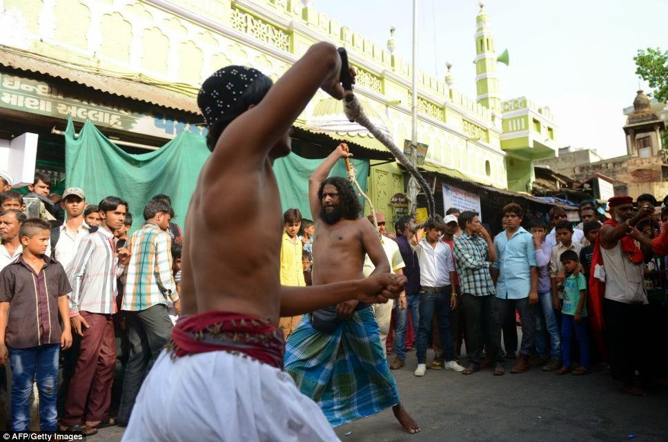 Kaum Sufi di Ahmedabad, India menyeksa tubuh