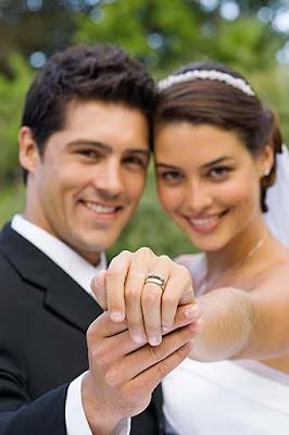 couple-show-wedding-ring - يعنى اية صاحبتك الانتيم تتخطب!!