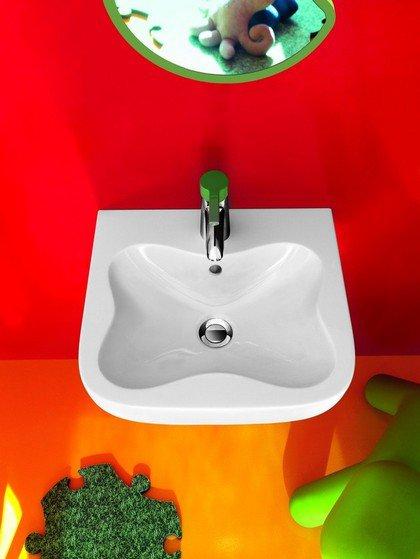 Яркий дизайн детской ванной комнаты