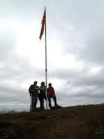 Amb la bandera del Serrat del Lledó