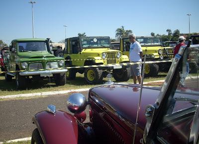 O conversível de frente com os carros que andam fora das estradas.
