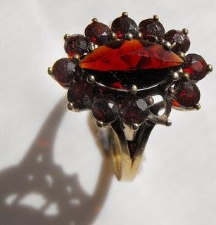 Joya elaborada con la piedra preciosa relacionada con Enero- El Granate.
