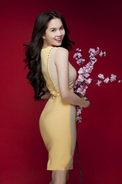 Đầm ống ôm sát khoe 3 vòng quyến rũ. Sắc vàng tươi tắn thích hợp cho những cô nàng có nước da trắng.