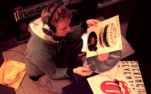 Antes fossem os meus audiófilos... - Página 2 Listening+to+rolling+stones+records