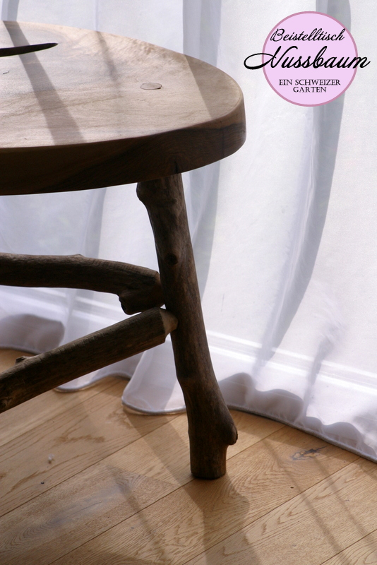 ein schweizer garten diy holztisch. Black Bedroom Furniture Sets. Home Design Ideas