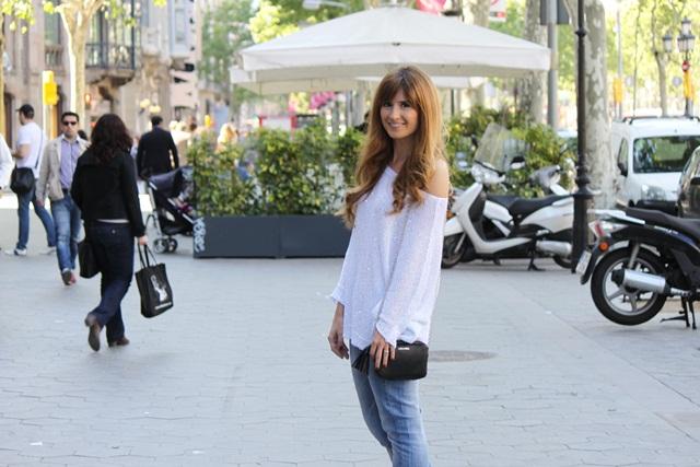 paseo_de_gracia_barcelona-top_pailletes-jeans-zapatos_plateados-Bershka-Mango
