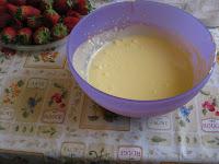 Il Tiramisù con Fragole e Crema di Robiole è una ricetta veloce da preparare e deliziosa. Una versione più leggera del tiramisù classico.