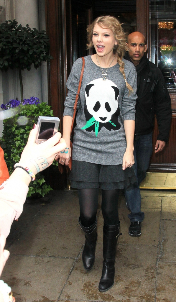 PANDA ...MK Ultra - Página 2 Taylor-Swift-Panda-Sweater-PCN-597x1024