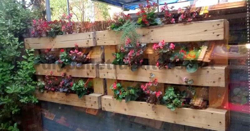 Decoraci n de un patio interior con for Como decorar una jardinera