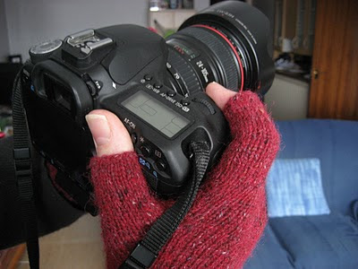 http://buttonsandbeeswax.com/patterns/mitts-and-gloves/photographyiphone-gloves/