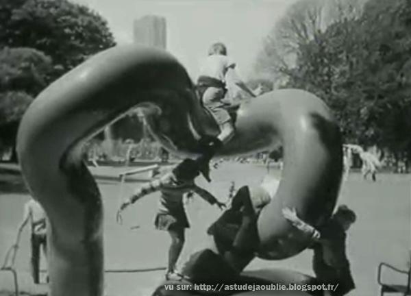 Paris - Jardin du Luxembourg - Salon de la Jeune Sculpture  Sculpteurs: Les Simonnet sculpteurs  création: 1973