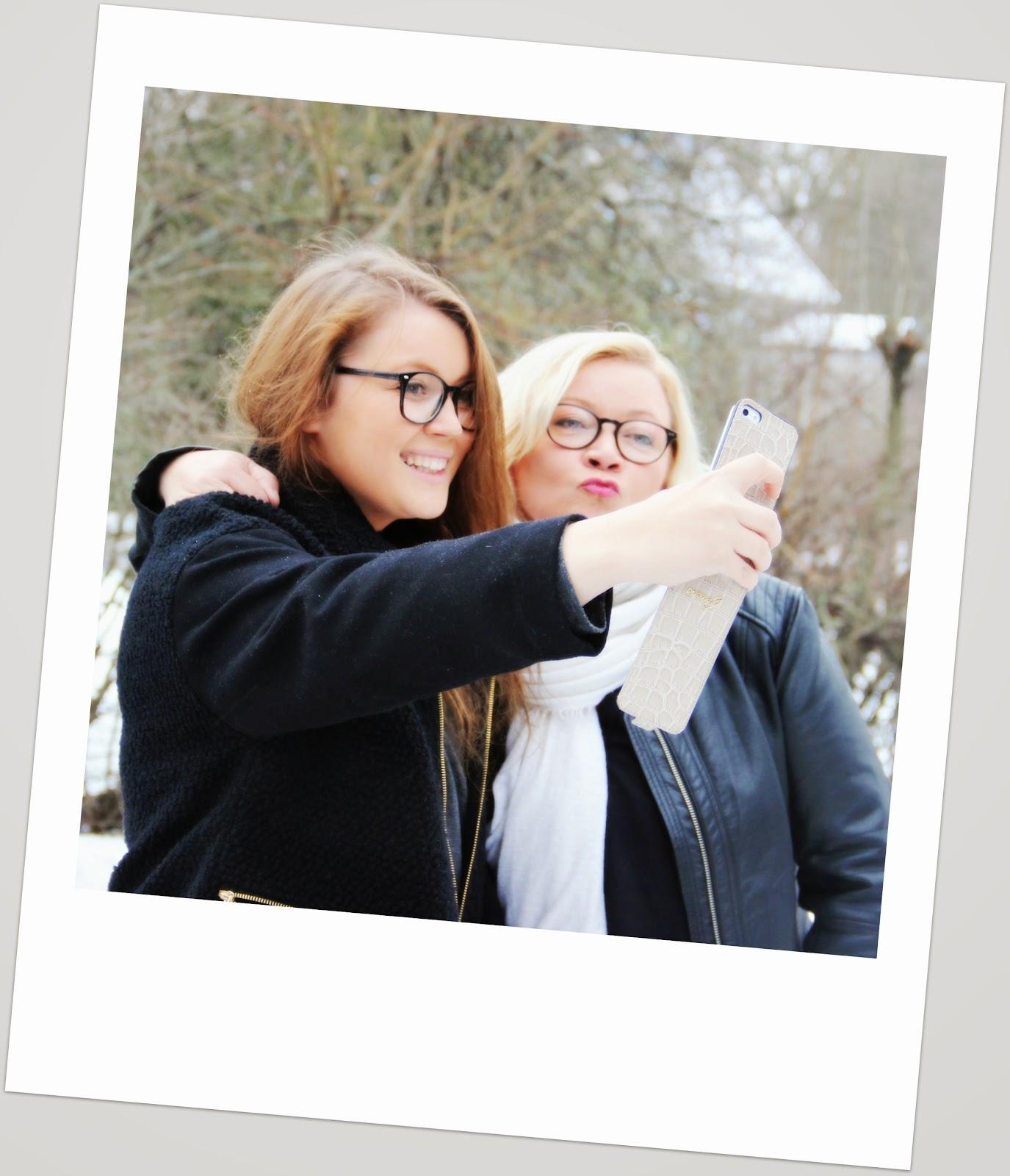 Äidin ja tyttären yhteinen selfie