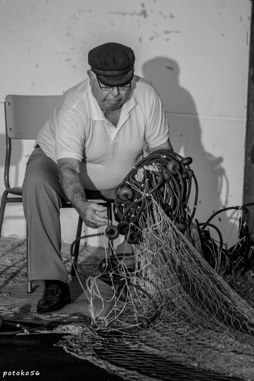 marinero preparando las artes de pesca en Rota