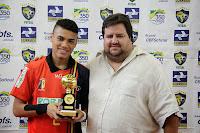 Marcelinho, do Botafogo, recebe troféu de artilheiro da competição