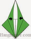 Bước 9: Gấp lớp giấy xuống sao cho hai mép giấy chạm nhau.