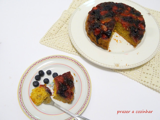 prazer a cozinhar - Bolo Upside-Down de morangos e mirtilos com cardamomo