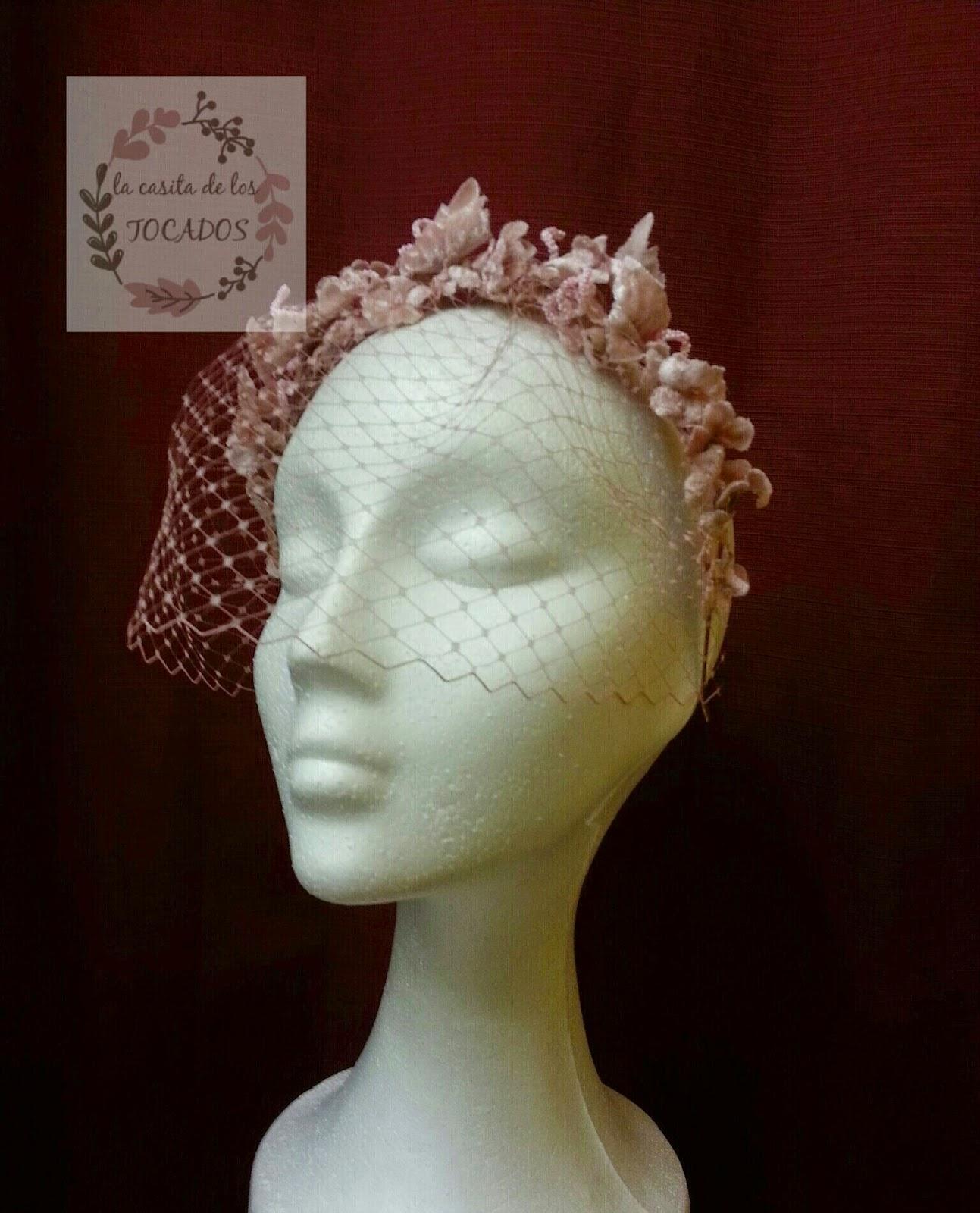 diadema de flores de terciopelo para boda con velo hacia la cara