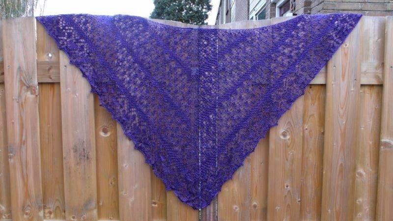 TE KOOP: 100% zijden shawl.prachtige kleur paars.