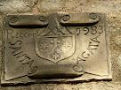 Placa recordatòria de l'any de construcció situada sota mateix del campanar