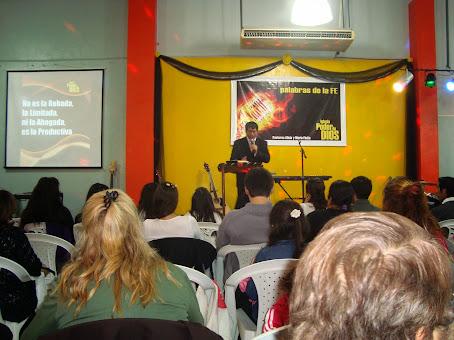 El pastor Mario predicando