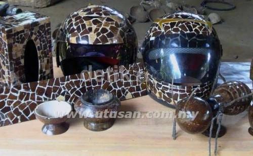 Topi keledar yang diubah suai menggunakan tempurung sedia untuk dijual di Purwokerto, Jawa Tengah.