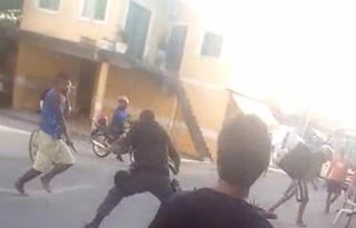 Durante luta corporal, homem toma a arma de policial militar e foge a pé; vídeo