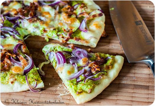 Pizza mit Brokkolipesto, Coppa und roten Zwiebeln