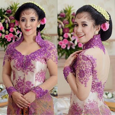 kebaya pernikahan broklat ungu dengan rok batik