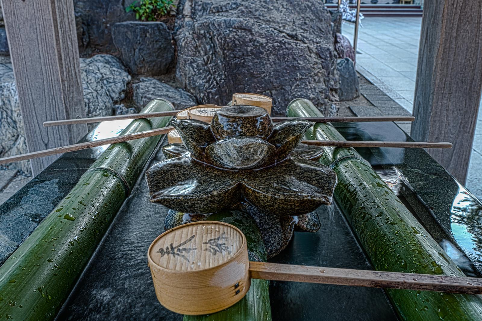 蓮の手水舎のHDR写真
