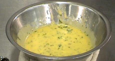Vinaigrette recept met eierdooier, mosterd, olie, azijn, water en verse tuinkruiden in een diepe kom