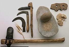 El descubrimiento del metal: El hombre neolítico descubrió enseguida la posibilidad de utilizar otros materiales, además de la piedra.